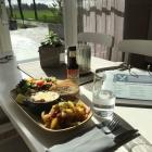 Foto zu Café - Restaurant Schatthuus: Sonniger Platz und dazu unser Schatthuus-Würzfleisch