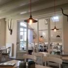 Foto zu Café - Restaurant Schatthuus: Der gemütlicher Schankraum und die historische  Scheune