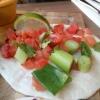 """""""Cilantro-Taco"""" mit Tomaten, Frühlingszwiebeln, Koriander und Limette"""