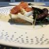 Tarte von Kullererbsen mit Wacholder, gebeizter Lachs, Salat von weißem Spargel und Kräutersalz, Wildkräutersalat