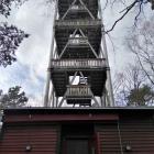 Foto zu Gaststätte Eckkopfturmhütte: Unten die Hütte, oben der Eckkopfturm