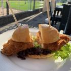 Foto zu Lückner Lodge: Crispy-Chicken-Burger