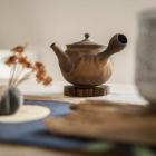 Foto zu Teehaus im Japanischen Bonsaigarten: japanische Teekännchen (Kyusu)  und Teekeramik