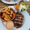 Roastbeef aus Nebraska mit einem kleinen gemischten Salat, spicy hot Wedges  sowie Pfeffersauce