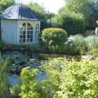 Foto zu Weinromantikhotel Richtershof: Teehaus am Teich