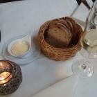 Foto zu Weinromantikhotel Richtershof: 01.11.16: Aperitif mit frischem Brot und Butter. Schlicht und gut.