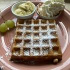 Foto zu Brasserie Sol y Sombra: Waffel mit Vanilleeis und Sahne
