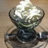 Matcha Eis mit Sahneklecks