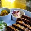 Malziges Körnerbrot, Thunfischcreme, Paprikabutter, gepickelter Gurkensalat