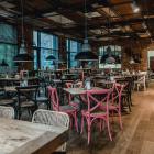 Foto zu Holly's | Restaurant & Café: Holly's | world food & lifestyle: gegessen wird in entspannter Atmosphäre zwischen Möbeln aus aller Welt.