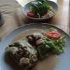 Spinatmaultaschen in einer Champignonsauce mit Salat