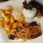 Foto zu Olympos: Rinderleber mit Nudeln, Bratkartoffeln und Tzatziki,