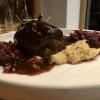 Rinderroulade mit Rotkohl, Stampfkartoffeln und Röstzwiebeln