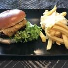 Foto zu Catering by Mohr: Burger mit Rindfleischpatty, Käse, Schmorzwiebeln, Fritten & Dip