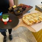 Foto zu Kitz: Burrata mit div beilagen, Rostbrot mit Birnenspalten und Gorganzola
