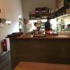 Blick auf die Theke/offene Küche.