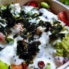 Foto zu ALOHA POKE: Weißer-Pfirsich-Wasabi-Sauce und frittierte Alge als Topping