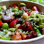Foto zu ALOHA POKE: Sushi Reis, Lachs, Oktopus, Sojabohnen, Erdbeeren, Macadamia