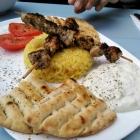 Foto zu Restaurant Neo: Souvlaki mit Pita, Tsatziki und Reis