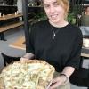 Pizza mit Walnüssen und Honig