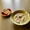 Teigtaschen mit Bio-Rinderhack-Füllung in Joghurtsoße mit spanischer Tortilla aus Bio-Kartoffeln und -Eiern.