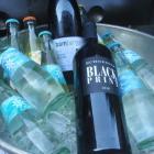 Foto zu Villa Glanzstoff: Wasser und Wein