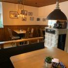 Foto zu Restaurant Schindelhaus: Gastraum mit Kachelofen