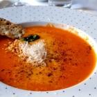 Foto zu Humboldt 1a: Suppe von ofengebackenen Tomaten und Paprika mit Parmesan