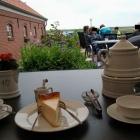 Foto zu Hofcafé Himmel auf Erden auf dem Feriendorf Akkens: Friesische Tee-Zeremonie auf der Außenterasse mit Blick auf den Deich