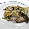 Schweinebauch mit confierten Shiitake Pilzen, Schweinepopcorn, Erbsenpüree und Zuckerschoten