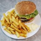 Foto zu TAM's Bistro + Kiosk + DHL Paketshop: Burger mit Pommes