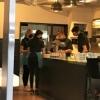 Kellnerinnen mit blauer Schürze
