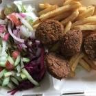 Foto zu Humus & Chicken: Falafel Teller