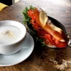 Foto zu Café Phönix: Baguette plus Cappuccino