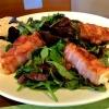 Wildkräutersalat mit Feta im Baconmantel