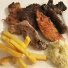 Foto zu Cafe Restaurant BenAmi: ein Teller mit Fleisch, Pommes, Reis