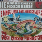 Foto zu Nördlichste Fischbude: Plakat in der Bude