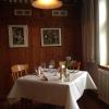 Mit frischer Tulpe und Ginster geschmückter Tisch am Fenster