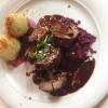 Gefüllter Hirschbraten in Preiselbeersauce mit Rotkohl und Kartoffelklößen