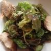 Blattsalate in Orangendressing mit gebratener Hähnchenbrust