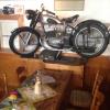 Gastraum mit Motorrad überm Tisch