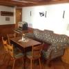 Gastraum mit Sofa und nostalgischer Stereoanlage