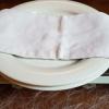 Vorgewärmte Teller auf dem Stövchen