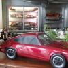 Roter Porsche auf der Theke, im Hintergrund die Kühltruhen mit dem Fleisch !!