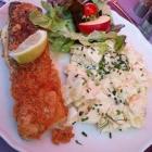 Foto zu Steilküste · Fischgaststätte: Dorsch mit Kartoffelsalat