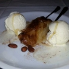 Gulaktompoureko, heißer Grießpudding in Blätterteigröllchen mit Mandeln,Honig u. Vanilleeis.