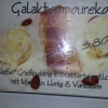 Gulaktompoureko, heißer Grießpudding in Blätterteigröllchen mit Mandeln, Honig u. Vanilleeis.