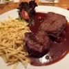 Hirschsteak in Pfeffer-Kirsch-Sauce, Butterspätzle und Salat