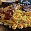 Filetspitzen vom Rind und Schwein mit Crevetten auf Spaghetti in Curry-Ingwer-Soße