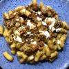 Maccheroncini / Schweinerippchen Ragout / Biersoße / Sour Cream / Röstzwiebel Crunch
